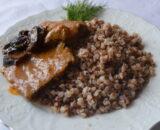 Говядина с черносливом и каша гречневая рассыпчатая