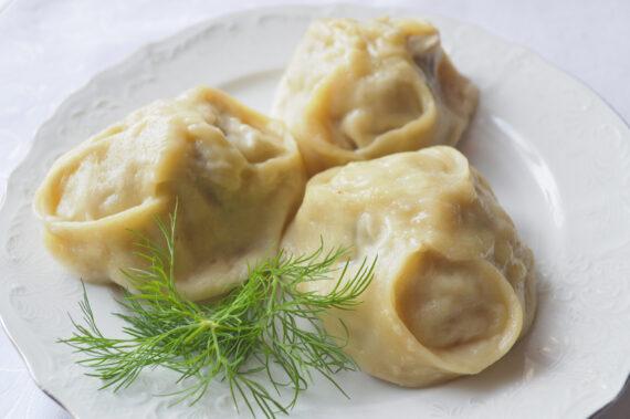 Манты с говядиной и луком с маслом сливочным